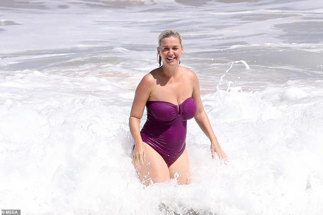 Katy Perry bế con gái nhỏ ra biển - 4
