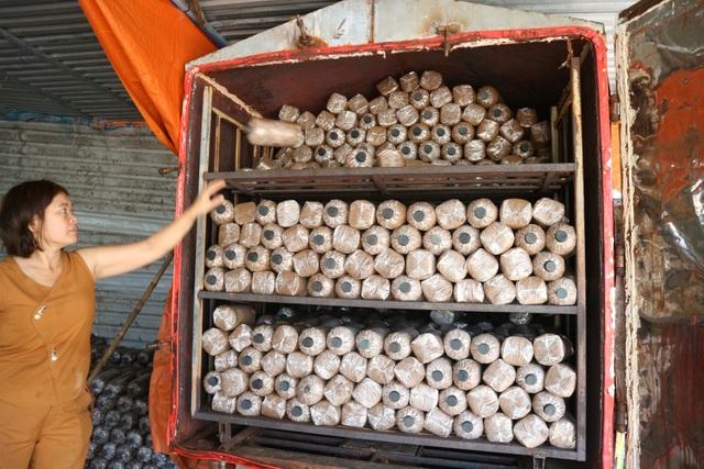 Người phụ nữ vươn lên thoát nghèo nhờ mô hình trồng nấm - 3