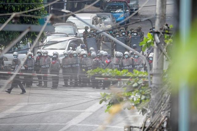 Cuộc đối đầu giữa người biểu tình và cảnh sát Myanmar  - 1