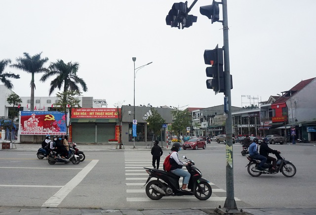 Nghe An: Half crying, half laughing with red light notice allowed to go straight - 4
