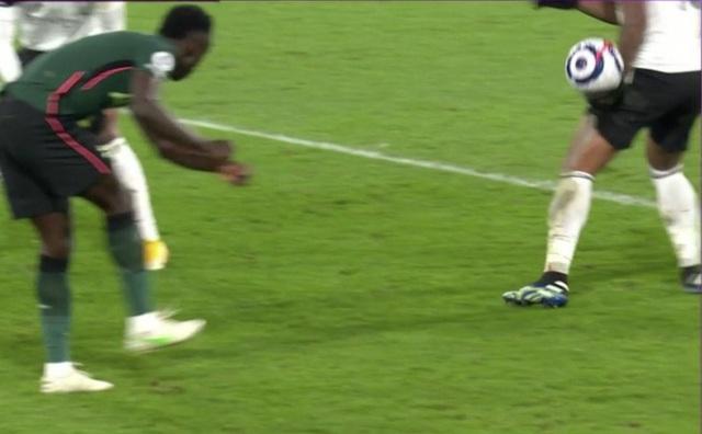 Liverpool mất oan quả phạt đền trước Chelsea - 2