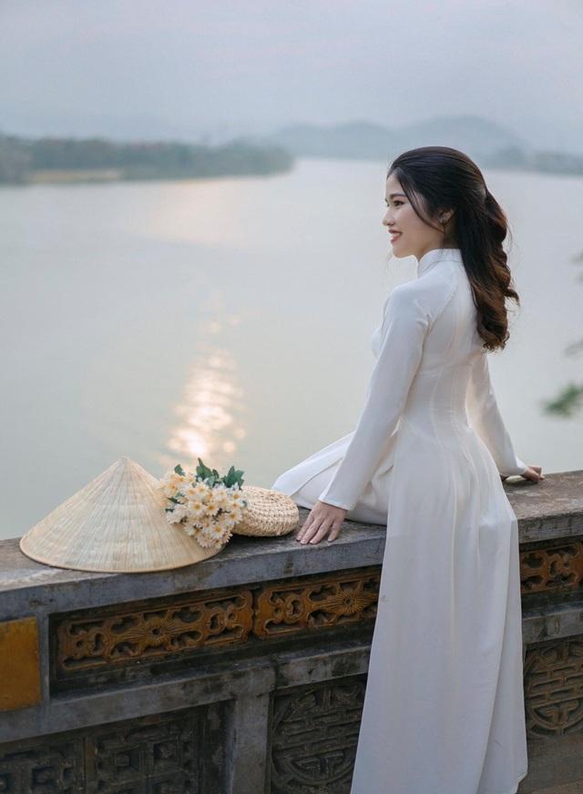 Nét đẹp nữ sinh Huế trong tà áo dài dịp Quốc tế Phụ nữ - 1