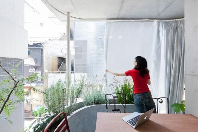 Nhà lạ không tường chỉ kéo rèm của 2 nữ biên tập viên giữa thành phố - 3