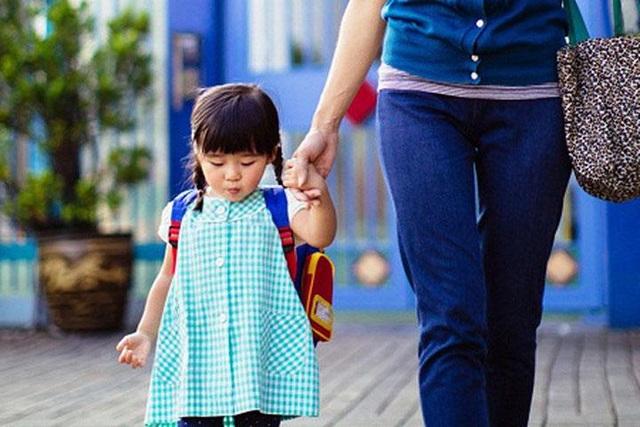Những câu hỏi của cha mẹ giúp con hồ hởi sau giờ tan học - 1