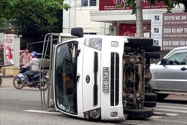 Tai nạn liên hoàn, xe đưa đón học sinh lao thẳng vào nhà dân - 1