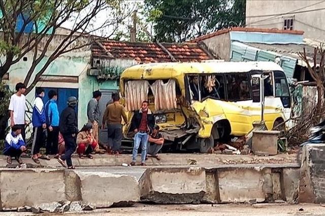 Tai nạn liên hoàn, xe đưa đón học sinh lao thẳng vào nhà dân - 2