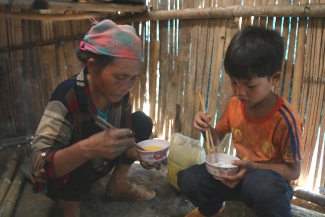 Tận mắt chứng kiến cảnh bà cháu ăn cơm trắng chan nước lã mà lòng đau nhói! - 9