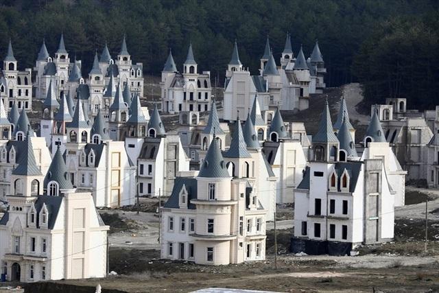 Thị trấn có hàng trăm biệt thự nghìn tỷ đồng bị bỏ hoang - 1