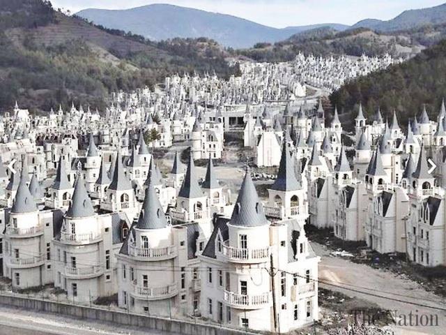 Thị trấn có hàng trăm biệt thự nghìn tỷ đồng bị bỏ hoang - 3