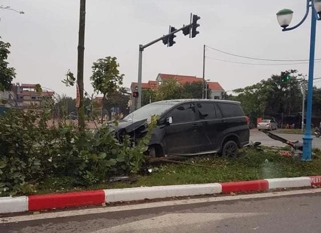 Kinh hoàng khoảnh khắc xe điên tông loạt phương tiện đi đường - 1
