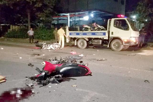 Xe máy tông nhau nát bét, 2 người chết, 2 người bị thương - 1