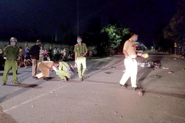 Xe máy tông nhau nát bét, 2 người chết, 2 người bị thương - 2