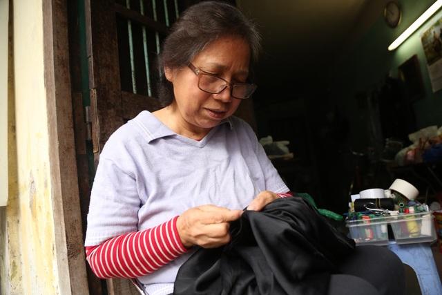 Người phụ nữ 42 năm làm nghề vá kỷ niệm giữa lòng Hà Thành - 11