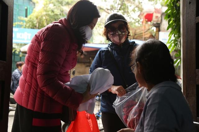 Người phụ nữ 42 năm làm nghề vá kỷ niệm giữa lòng Hà Thành - 2
