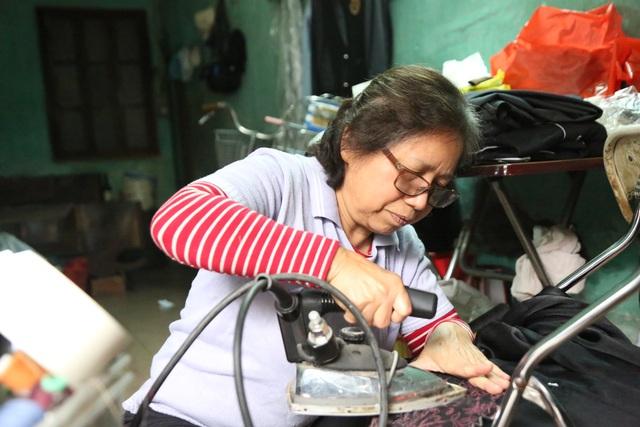 Người phụ nữ 42 năm làm nghề vá kỷ niệm giữa lòng Hà Thành - 7