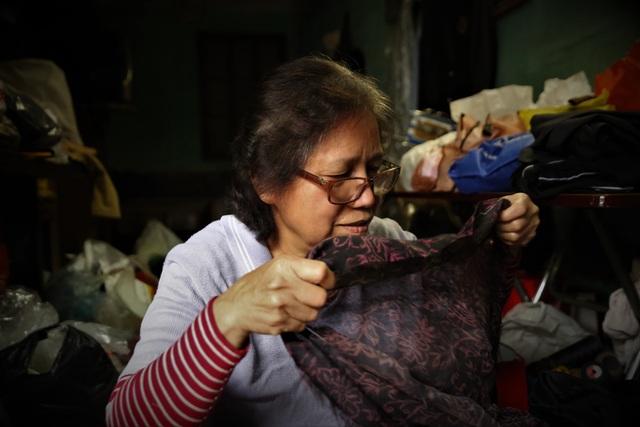 Người phụ nữ 42 năm làm nghề vá kỷ niệm giữa lòng Hà Thành - 8