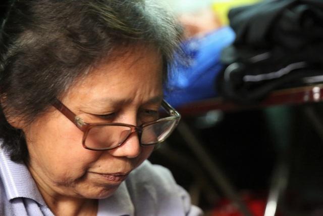 Người phụ nữ 42 năm làm nghề vá kỷ niệm giữa lòng Hà Thành - 6