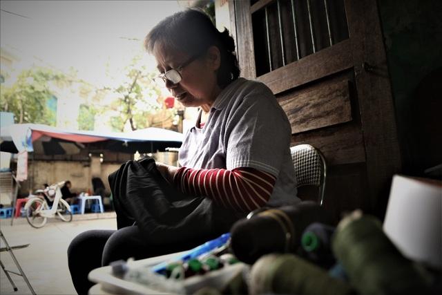 Người phụ nữ 42 năm làm nghề vá kỷ niệm giữa lòng Hà Thành - 5