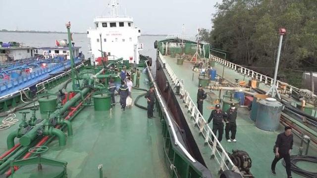 Bắt giam một đội trưởng Hải quan trong vụ 2,7 triệu lít xăng giả - 1