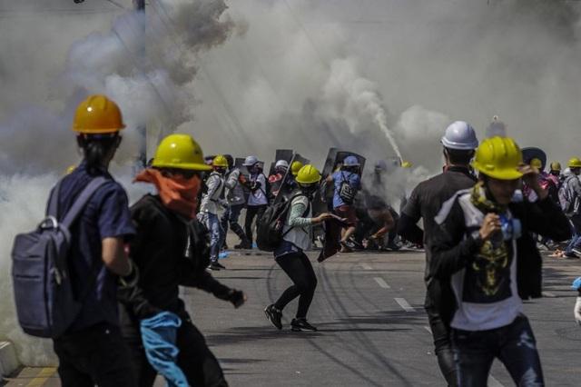 Quân đội Myanmar bị nghi vẫn dùng lựu đạn đối phó người biểu tình - 1
