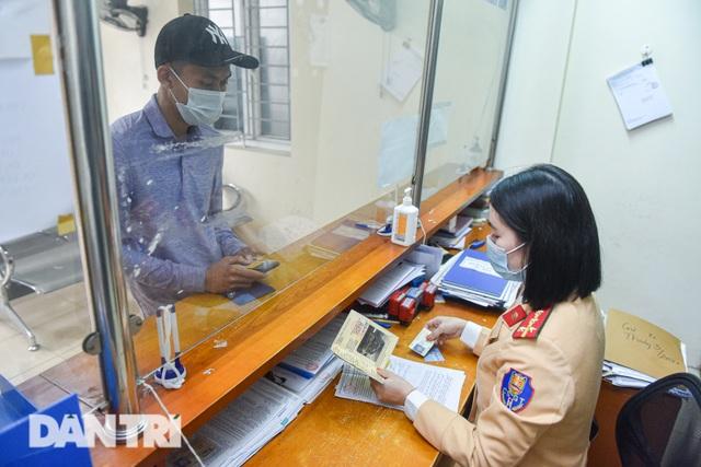 Một ngày của bông hồng thép Cảnh sát giao thông Hà Nội - 8
