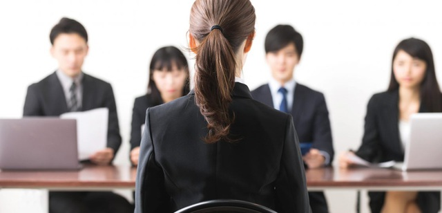 Nữ ứng viên xinh đẹp đau đầu vì bị mặc định với công việc... mặt tiền  - 1