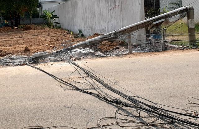 Xe ben kéo đổ gần chục cột điện, gây chập, cháy đường dây - 3
