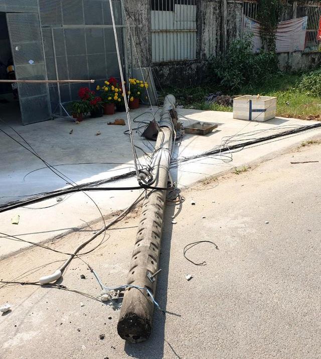 Xe ben kéo đổ gần chục cột điện, gây chập, cháy đường dây - 4