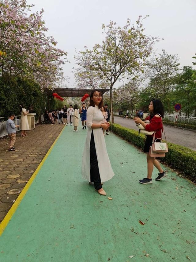 Hàng nghìn người tụ tập chụp ảnh hoa ban tại khu đô thị Nam Thăng Long - 1