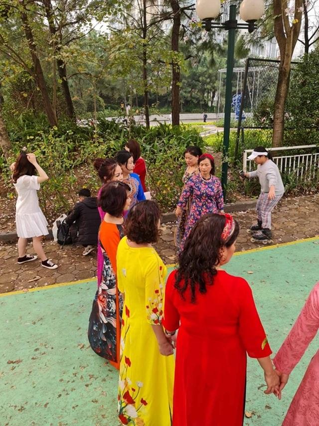 Hàng nghìn người tụ tập chụp ảnh hoa ban tại khu đô thị Nam Thăng Long - 3