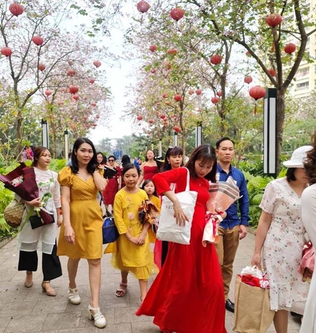 Hàng nghìn người tụ tập chụp ảnh hoa ban tại khu đô thị Nam Thăng Long - 5