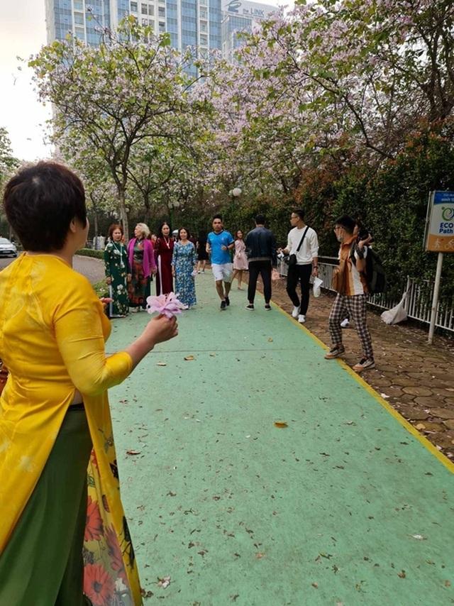 Hàng nghìn người tụ tập chụp ảnh hoa ban tại khu đô thị Nam Thăng Long - 6