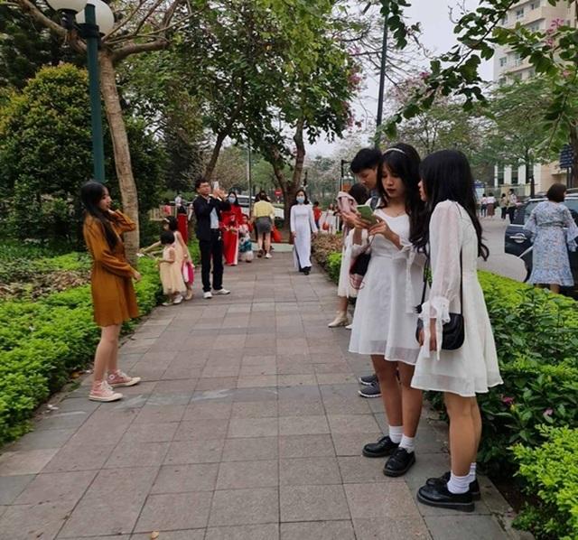 Hàng nghìn người tụ tập chụp ảnh hoa ban tại khu đô thị Nam Thăng Long - 9