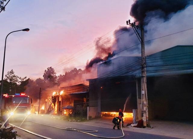 Hỏa hoạn cực lớn thiêu rụi dãy ki ốt và nhà dân, dây điện nổ như pháo hoa - 1