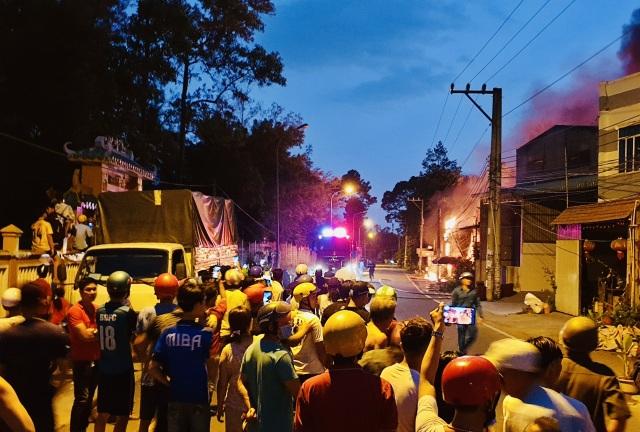 Hỏa hoạn cực lớn thiêu rụi dãy ki ốt và nhà dân, dây điện nổ như pháo hoa - 2