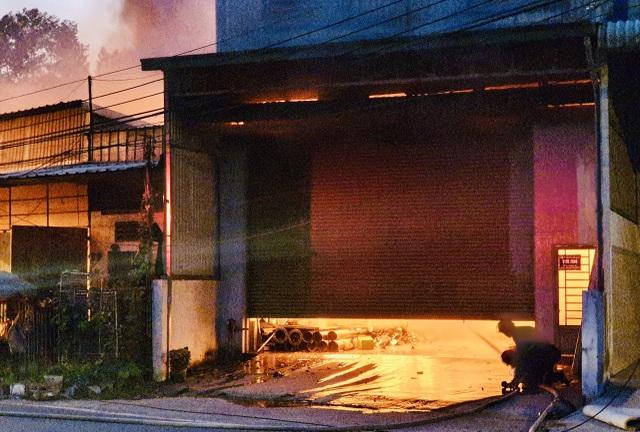 Hỏa hoạn cực lớn thiêu rụi dãy ki ốt và nhà dân, dây điện nổ như pháo hoa - 3