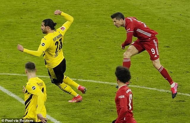 Lewandowski lập hat-trick, Bayern Munich ngược dòng đánh bại Dortmund - 7