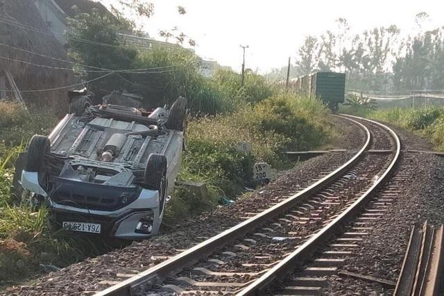 Thanh chắn đường sắt không hạ khi tàu đến khiến ô tô 7 chỗ gặp nạn - 2