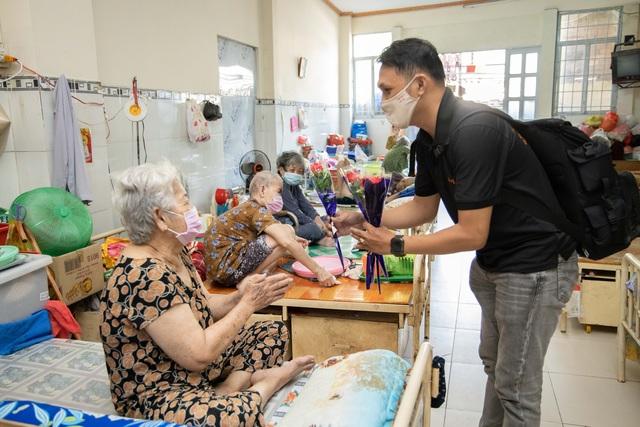 Chàng nhiếp ảnh gia tặng 100 đóa hồng đến các cụ bà neo đơn nhân 8/3 - 4