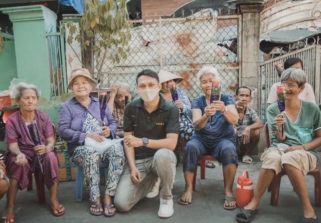 Chàng nhiếp ảnh gia tặng 100 đóa hồng đến các cụ bà neo đơn nhân 8/3 - 1