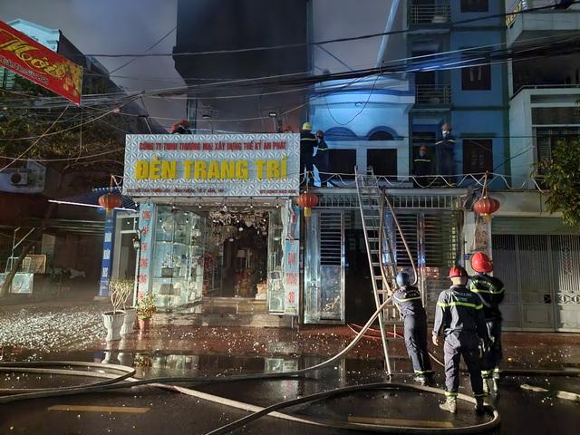 Cháy lớn cửa hàng đèn trang trí ở Hải Phòng - 4