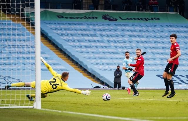 Man Utd chặt đứt mạch toàn thắng 21 trận của Man City - 18