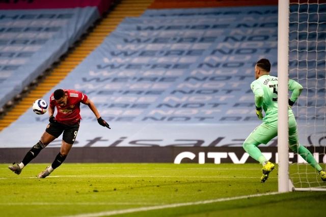 Man Utd chặt đứt mạch toàn thắng 21 trận của Man City - 12