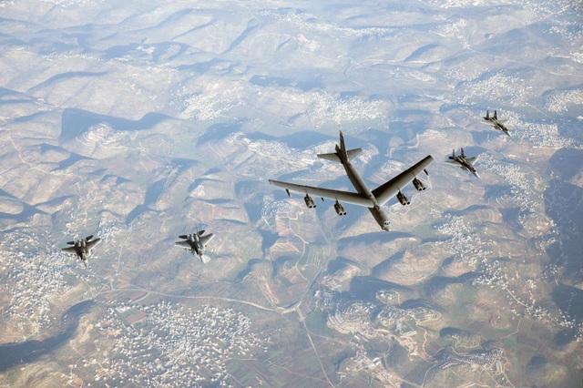 Video tiêm kích F-15 Israel hộ tống B-52 Mỹ nắn gân Iran - 2