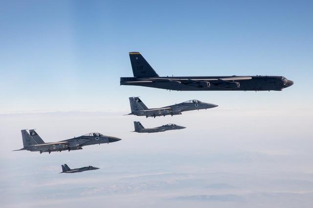 Video tiêm kích F-15 Israel hộ tống B-52 Mỹ nắn gân Iran - 1