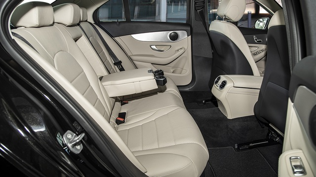 Mercedes-Benz C 180 AMG giá 1,5 tỷ đồng - tăng áp lực cho BMW 3-Series - 9