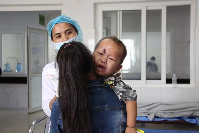 Cậu bé khóc thét từng cơn vì đau đớn.