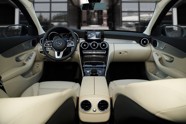Mercedes-Benz C 180 AMG giá 1,5 tỷ đồng - tăng áp lực cho BMW 3-Series - 2