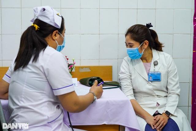 Thêm 12 ca Covid-19, 377 người được tiêm vắc xin an toàn - 1