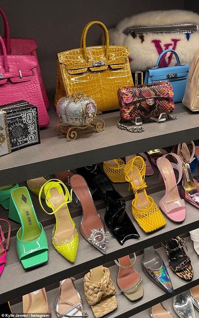 Kylie Jenner khoe tủ đồ hiệu triệu đô - 1